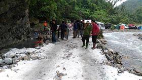劇組為了「雪景」竟在宜蘭梵梵野溪灑滿鹽 圖/翻攝自爆料公社