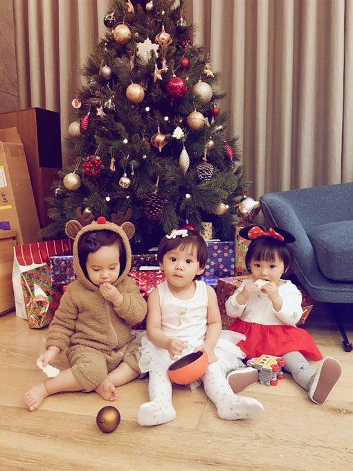 「咘啾咪」耶誕合體(圖/賈靜雯臉書)