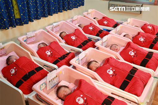 敲可愛!歡度聖誕節 小寶寶應景當聖誕老公公(圖/童綜合醫院)