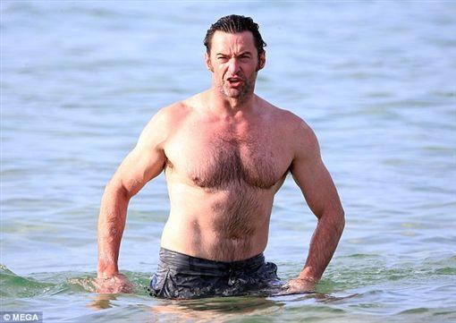 休傑克曼在邦迪海岸險遇鯊魚警報。(圖/翻攝自每日郵報)-http://www.dailymail.co.uk/tvshowbiz/article-4063118/Hugh-Jackman-Bondi-Beach-shark-scare.html