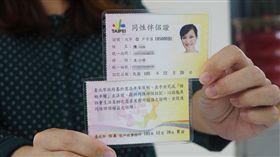 北市核發同性伴侶證 首日共7對申請 台北市政府26日起核發「同性伴侶證」,民政局統計, 26日共有7對同性伴侶申請、發出14張證,同性伴侶可 憑此證簽署醫療手術同意書、申請家庭照顧假等。 中央社記者顧荃攝 105年12月26日