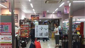 玻璃門,便利超商,玻璃,超商,便利商店,爆料公社 圖/翻攝自爆料公社