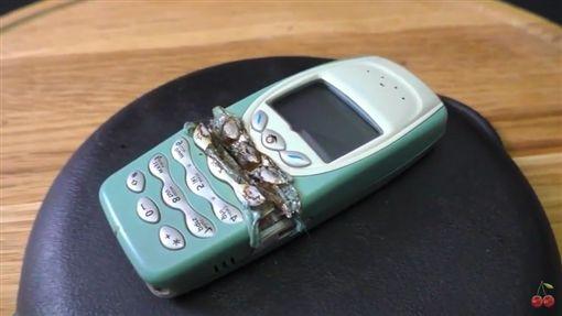千度高溫菜刀砍Nokia 3310(圖取自YouTube)