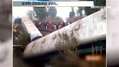 印度火車脫軌!14節車廂側翻 釀40傷2死