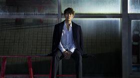 吳克群MV「孤獨是會上癮的」 圖/華納音樂提供