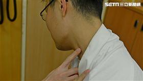 驚!肩頸痠痛 OL按摩後眼歪嘴斜(圖/台北慈院)