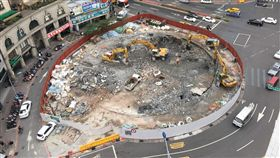 建成圓環拆除作業 搭圍籬、玻璃帷幕、主體拆除 北市府提供