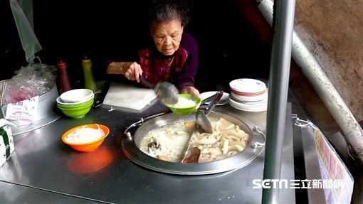 90歲,婆婆,米粉湯,永和,,阿婆,阿嬤,攤位,攤子,新北,愛心,善心,善良,無償,幫忙,盛湯,暖,陳滿月,美食-記者/張碧珊攝