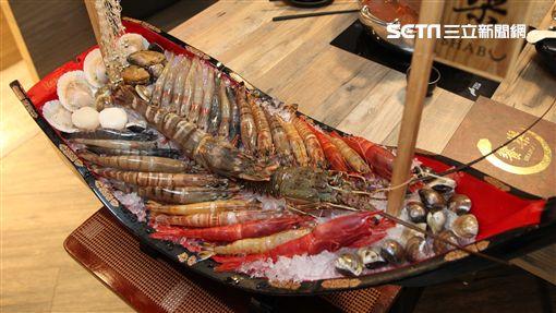 饗樂火鍋,巨無霸海鮮船,鐵達尼巨蝦,龍蝦,伊比利豬。(圖/記者簡佑庭攝)