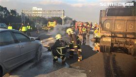 國道3號北上43公里處發生4車連環追撞車禍,小貨車當場翻覆起火燃燒(翻攝畫面)