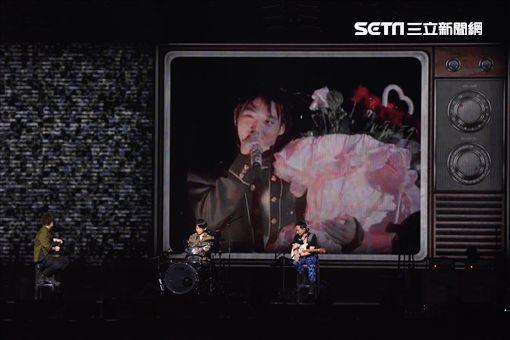 五月天RE:LIVE第七場你要去哪裡復刻演唱會登場,瘋狂世界抒情版感性開唱
