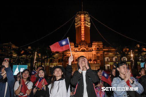 元旦升旗典禮,民眾開心響應 圖/記者林敬旻攝