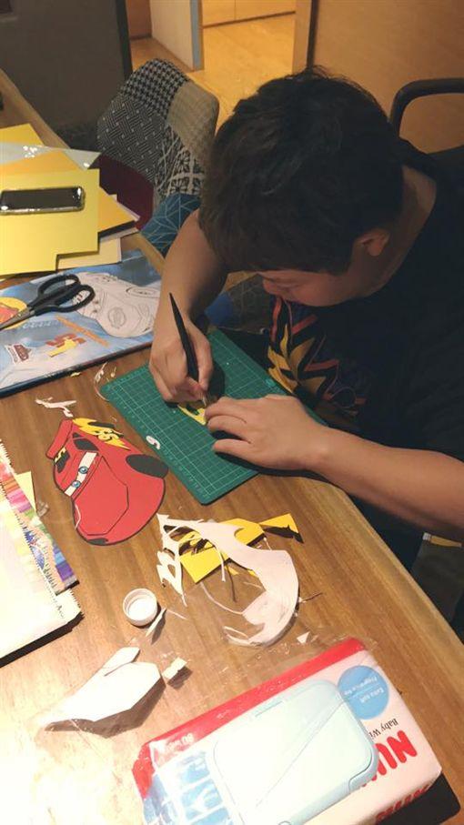 飛飛翔翔保姆小亨堡準備生日卡片。(圖/翻攝自范瑋琪臉書)