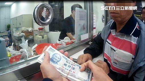 張男持67張第四代千元舊鈔前往台銀兌換,卻被行員識破整批鈔票僅有三種流水編號,駐衛警隨即將他送辦(翻攝畫面)