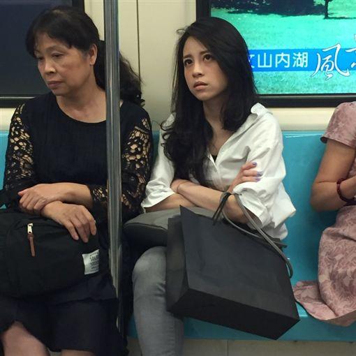 捷運臭臉正妹 圖/翻攝自PTT