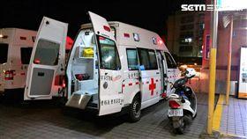 台北市消防局派員前往延平北路七段巷內,原本欲救護1名罹患HIV及精神疾病的受傷醉漢,未料卻遭對方攻擊救護車,折斷雨刷還血抹車體(翻攝畫面)