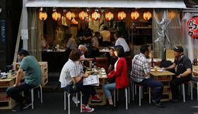 日本,居酒屋,日本人,喝酒,聚會,朋友,應酬(圖/美聯社/達志影像)