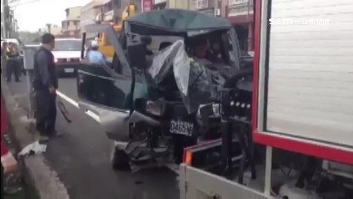 探病回程閃野狗 廂型車撞電桿8傷