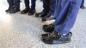 仁化國中打擊樂隊用黑膠帶纏鞋上台演出 圖/中央社