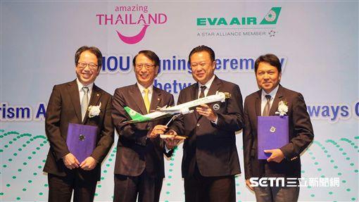 長榮航空和泰國觀光局今(5)日在曼谷簽署合作備忘錄,長榮航空發言人柯金成(左2)特別致贈泰國觀光局長育他撒( YUTHASAK)(右2)飛機模型,象徵雙方合作成功。(圖/長榮提供)