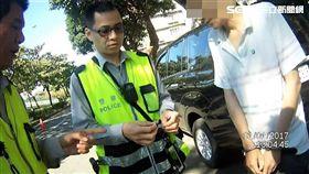 吳男將安非他命及吸食器藏在機車電瓶槽內,仍被懂車的警察找出(翻攝畫面)