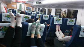 南韓遊客台鐵上抬腳(圖/翻攝自台鐵家族臉書)