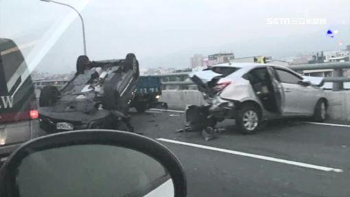 酒駕又超速! 連撞4台車.自己也翻了