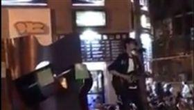 「老天鵝」啊!吉他賣藝哥推全新單曲 只會唱這個字… 圖翻攝自爆料公社 https://www.facebook.com/162608724089621/videos/405355259814965/