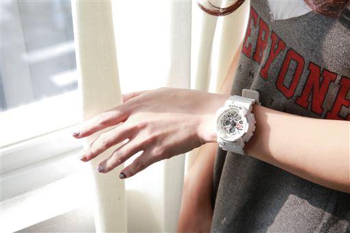 曬女兒腳印照前 林心如先分享了這支錶