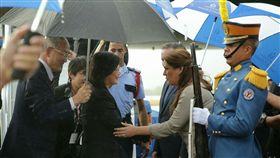 蔡英文抵達宏都拉斯,由宏都拉斯代理外交部長阿圭洛(María Dolores Agüero Lara)登機迎接 圖/總統府提供
