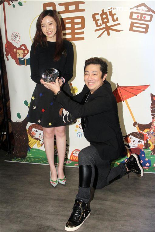 王瞳推出伴手禮,艾成帶豪氣鑽石出場。(記者邱榮吉/攝影)