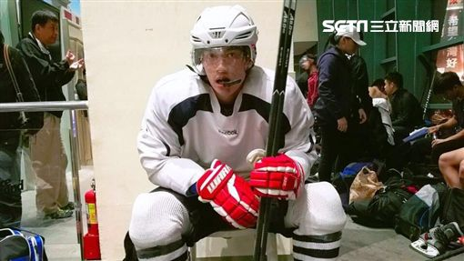許孟哲打冰球(圖/星恆娛樂提供)