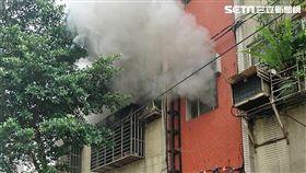 台北市文山區辛亥路4段一棟公寓2樓,今天中午12時許突然發生火警,消防人員撲滅後赫見1女性焦屍(翻攝畫面)
