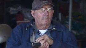 美國85歲老先生用拐杖破車窗救2名女子/foxnews