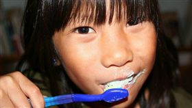 ▲專家提醒,要塗氟的兒童,應在塗氟前先將牙齒清潔乾淨。(圖非新聞當事人/Flikr CC授權/原作者Steven Depolo/網址http://bit.ly/1P7BLFU)