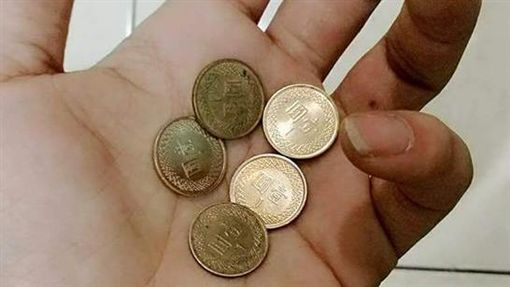16:91個換5個…買96元商品付101元 店員找他滿滿的1塊圖/翻攝自爆料公社