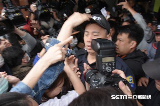 復興航空工會成員包圍股東會現場,與現場維安保全發生嚴重推擠 圖/記者林敬旻攝