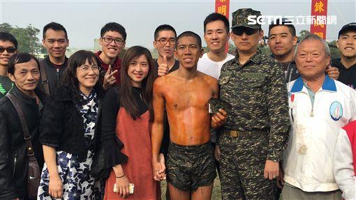 海軍陸戰隊兩棲偵搜專長班144期 99旅中尉輔導長張泰晴現身為男友崔漢文加油 盧冠妃攝