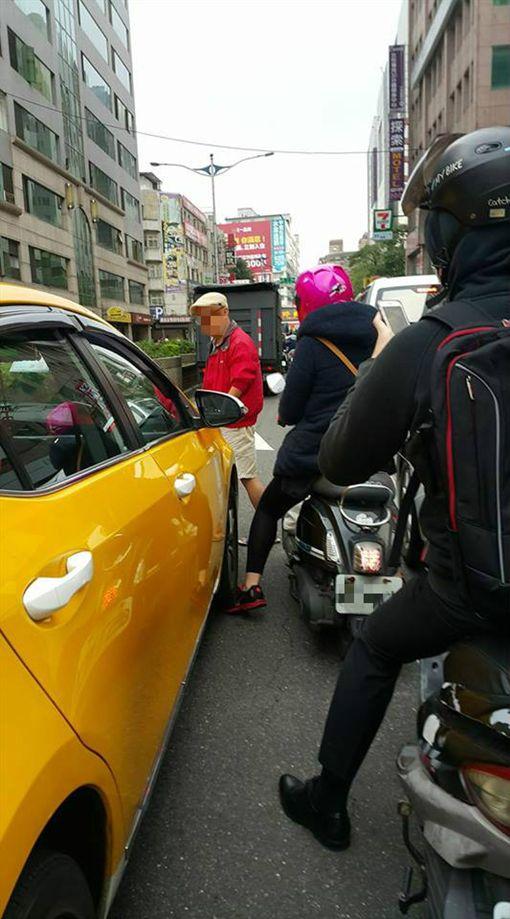 小黃輪胎壓騎士腳 運將不移車反下車嗆「愛鑽車縫才被壓」圖/翻攝自臉書社團爆料公社