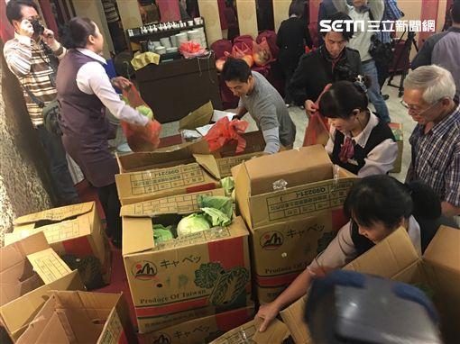 前北農總經理韓國瑜宣布參選國民黨黨主席 現場發甘藍 盧冠妃攝