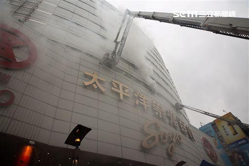 台北市消防局在太平洋SOGO百貨忠孝店實施消防演練,引發許多路過民眾誤會,紛紛拿起電話打119報案(翻攝畫面)