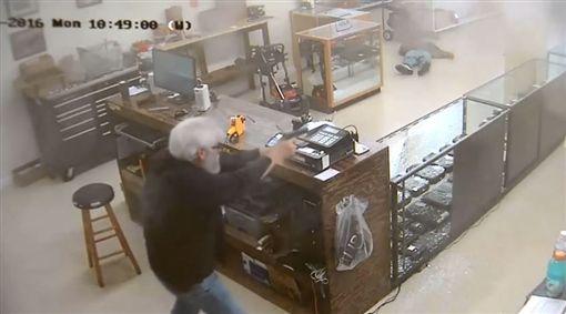 喬治亞,梅伯頓,Mableton,搶劫,槍枝店,歹徒,持槍,搶匪,反制(圖/翻攝自YouTube)