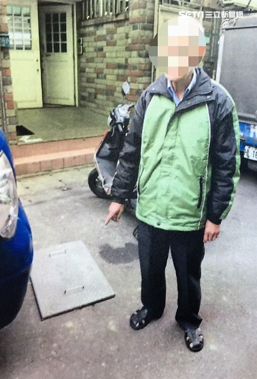 陳翁推著手推車在長順街撿拾水溝蓋遭住戶目擊全程報警送辦(翻攝畫面)