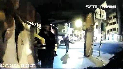 連男酒駕騎車還未戴安全帽遭警攔下,不但咆哮拒絕酒測還推倒警員,遭到警方壓制上銬移送法辦(翻攝畫面)