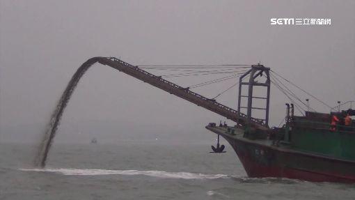中國船越界抽砂! 金門海岸線倒退古墳全都露