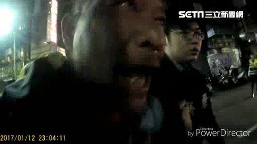 劉男酒醉倒臥路中央,還堅持不願離開,女警只好將人壓制,帶回警局保護管束。(翻攝畫面)
