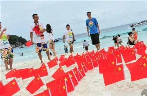 愛國這樣愛!五星旗占領泰國海灘 網友:丟臉丟到外國圖翻攝自微博http://weibo.com/bennieho?refer_flag=1001030103_