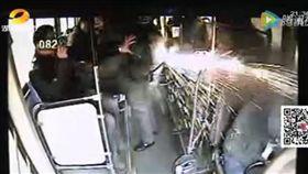 公車,爆竹,煙火,乘客,司機,背包 圖/翻攝自騰訊視頻 16:9