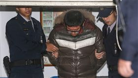 3名來台旅遊的韓國女學生疑遭台灣計程車司機下藥性 侵。詹姓司機(左2)坦承以乳酸飲料對3女下安眠藥, 再性侵其中1女,士檢15日上午聲請羈押,士林地院下 午裁准。(中央社)