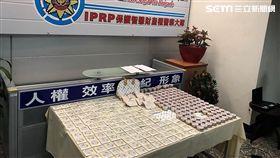 韓國美妝品牌「The FaceShop」販售的粉餅盒、鏡子等商品外觀圖案,激似知名精品LV包包花紋,遭到警方查扣2591件並送辦(翻攝畫面)